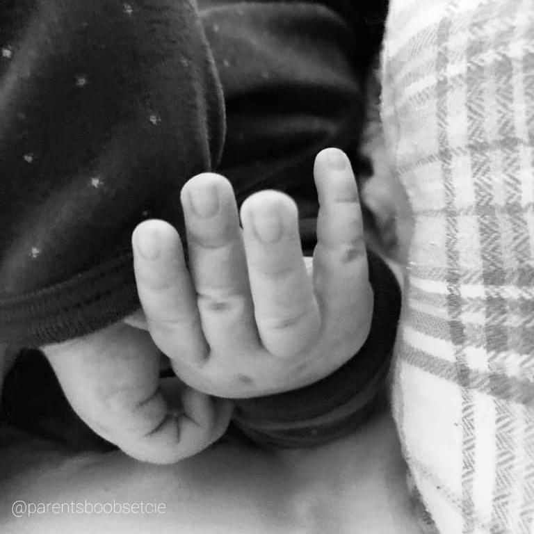 main bébé allaitement